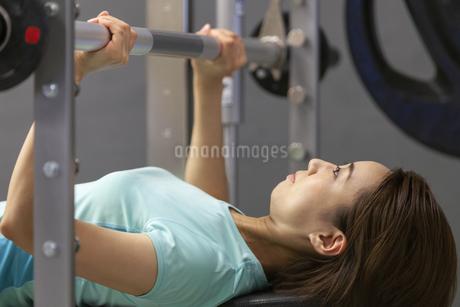 ジムでトレーニングする女性の写真素材 [FYI01321194]