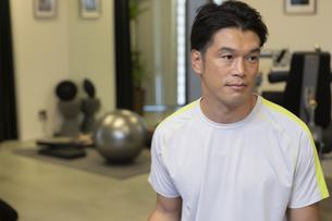 ジムでトレーニングする男性の写真素材 [FYI01321215]