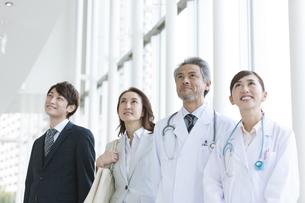 医師とビジネスマンの写真素材 [FYI01321225]