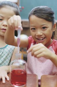 実験をする女の子2人の写真素材 [FYI01321226]