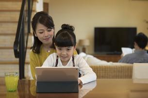 タブレットPCを見ている母と娘の写真素材 [FYI01321241]