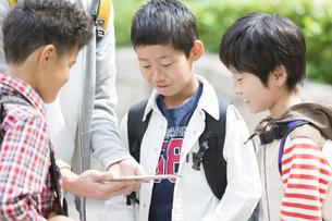 タブレットPCを見る小学生と先生の写真素材 [FYI01321246]
