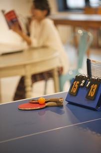 カフェで読書をする女性の写真素材 [FYI01321280]