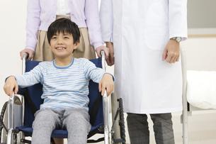 車いすに乗る男の子の写真素材 [FYI01321294]