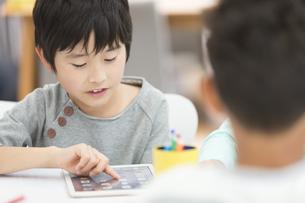 タブレットPCで勉強する小学生の写真素材 [FYI01321307]