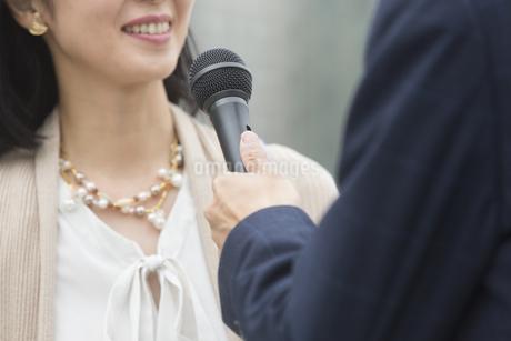 インタビューをうける女性の写真素材 [FYI01321322]