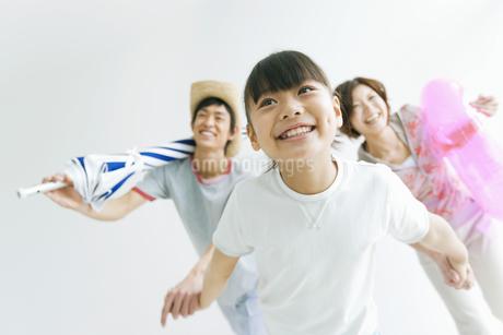 海へ遊びに行く家族のイメージの写真素材 [FYI01321340]