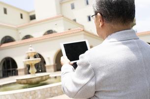 タブレットPCを見るシニア男性の写真素材 [FYI01321374]