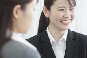 笑顔のビジネスウーマンの写真素材 [FYI01321398]