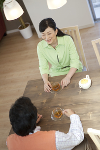 ティータイム中の中高年夫婦の写真素材 [FYI01321415]