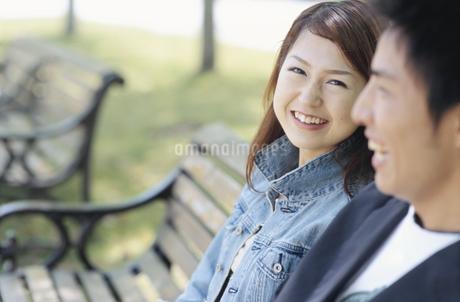 ベンチに座るカップルの写真素材 [FYI01321451]