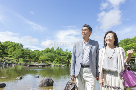 遠くを見ている中高年夫婦の写真素材 [FYI01321484]