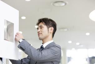 ロッカーを開けるビジネスマンの写真素材 [FYI01321508]