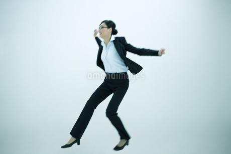 ジャンプするビジネスウーマンの写真素材 [FYI01321518]