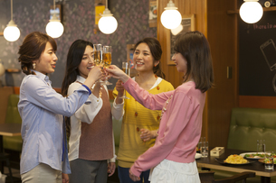 乾杯する女性4人の写真素材 [FYI01321527]