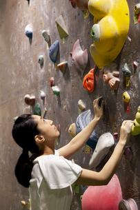 ボルダリングジムにいる女性の写真素材 [FYI01321531]