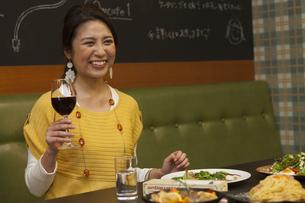 グラスを持っている笑顔の女性の写真素材 [FYI01321535]