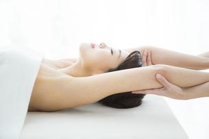 腕のマッサージを受ける女性の写真素材 [FYI01321587]