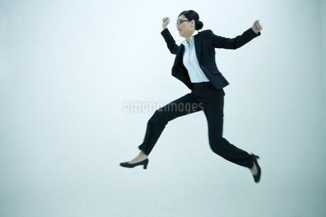 ジャンプするビジネスウーマンの写真素材 [FYI01321596]