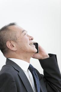 スマートフォンで通話するビジネスマンの写真素材 [FYI01321603]