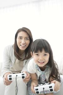 ゲームをする女の子と祖母の写真素材 [FYI01321604]