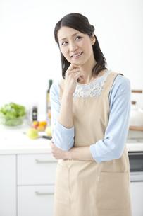 キッチンで考えている女性の写真素材 [FYI01321616]