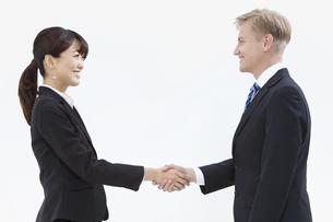 握手する外国人男性とビジネスウーマンの写真素材 [FYI01321623]