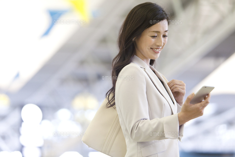 スマートフォンを見るビジネスウーマンの写真素材 [FYI01321662]
