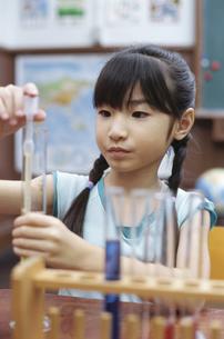 実験をする女の子の写真素材 [FYI01321668]