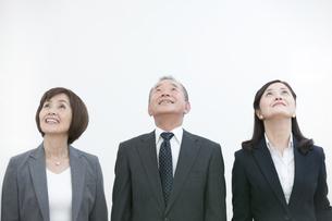 見上げるビジネスマンとビジネスウーマン2人の写真素材 [FYI01321824]