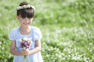 花束を持つ女の子の写真素材 [FYI01321856]