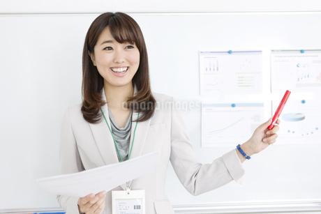 ペンを持って説明する女性の写真素材 [FYI01321867]