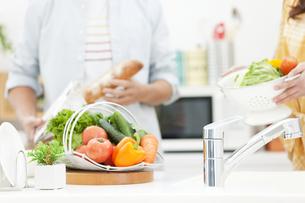 料理をしているカップルの写真素材 [FYI01321871]