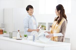 洗い物をするカップルの写真素材 [FYI01322002]