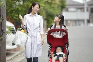 ベビーカーを押す女の子と母親の写真素材 [FYI01322058]