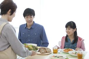 食事の準備をする祖母と家族の写真素材 [FYI01322255]