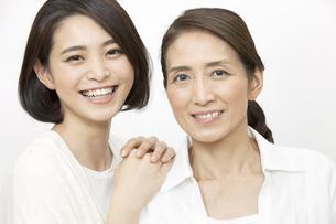 笑顔の母親と娘の写真素材 [FYI01322261]