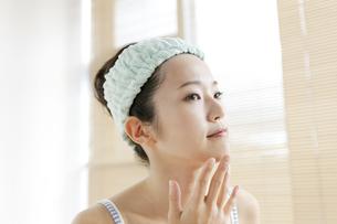 顎に手をあてる女性の写真素材 [FYI01322314]