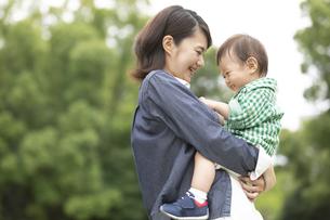 子供を抱く母親の写真素材 [FYI01322376]
