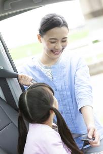 シートベルトをする母娘の写真素材 [FYI01322435]