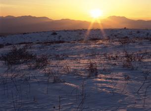 冬の霧ヶ峰と夕日の写真素材 [FYI01322474]