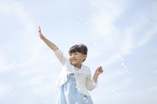 シャボン玉で遊ぶ女の子の写真素材 [FYI01322528]