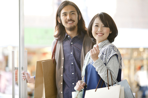 ショッピングをするカップルの写真素材 [FYI01322585]