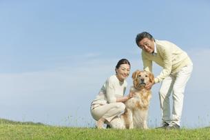 犬と笑顔の中高年夫婦の写真素材 [FYI01322604]