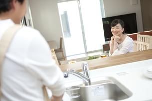 皿洗いをする男性を見ている女性の写真素材 [FYI01322618]