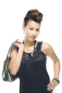 バッグを肩にかける女性の写真素材 [FYI01322625]