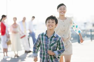 走る子供と家族の写真素材 [FYI01322724]