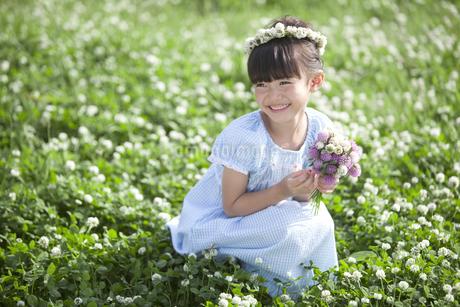 花束を持つ女の子の写真素材 [FYI01322731]