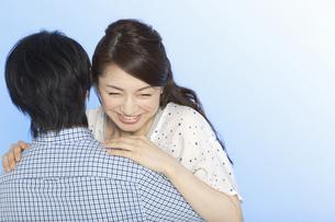 抱きつくカップルの写真素材 [FYI01322738]