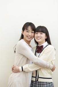 抱き合う笑顔の母と娘の写真素材 [FYI01322813]